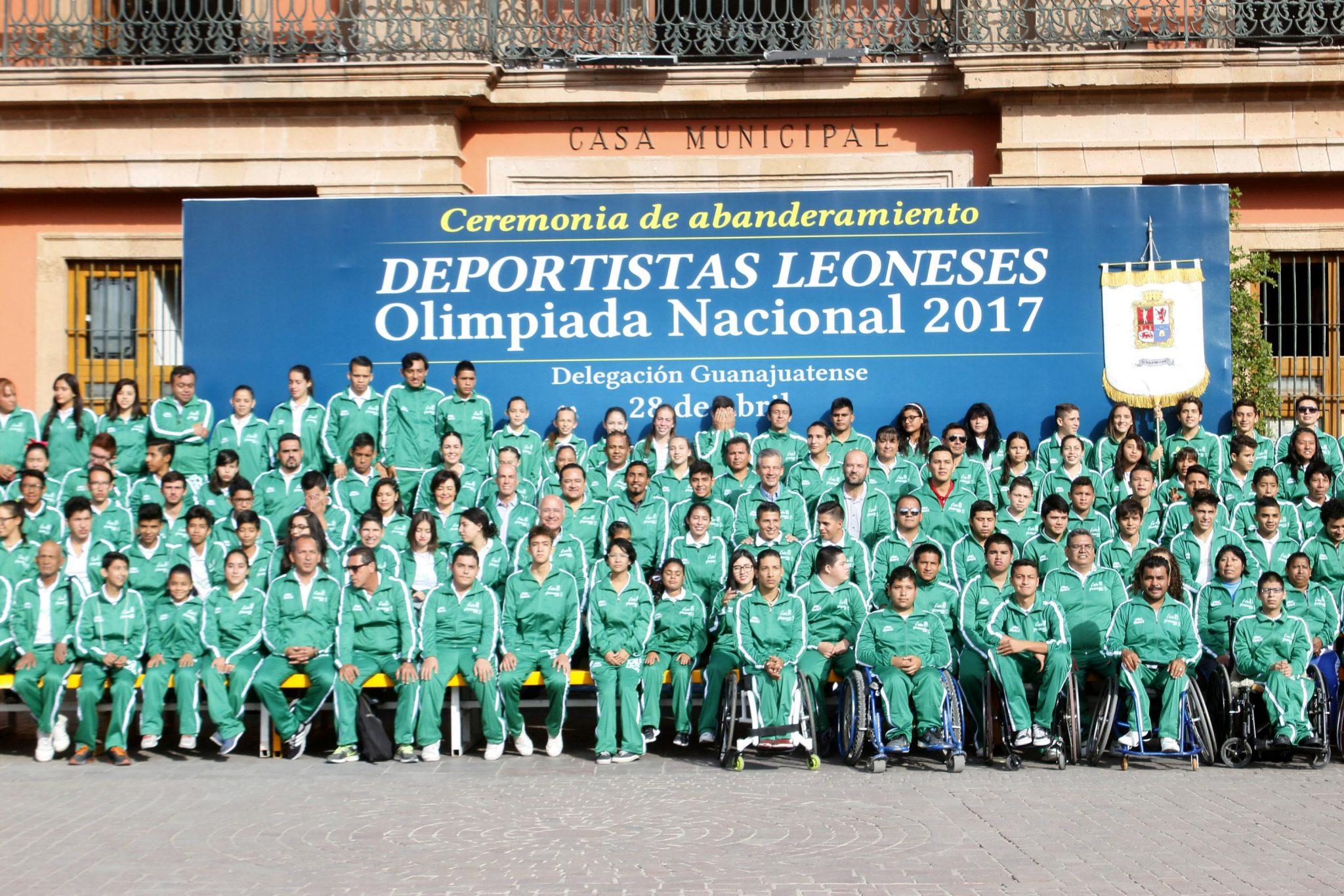 El alcalde Héctor López Santillana abanderó a los deportistas leoneses que participarán en la Olimpiada Nacional 2017