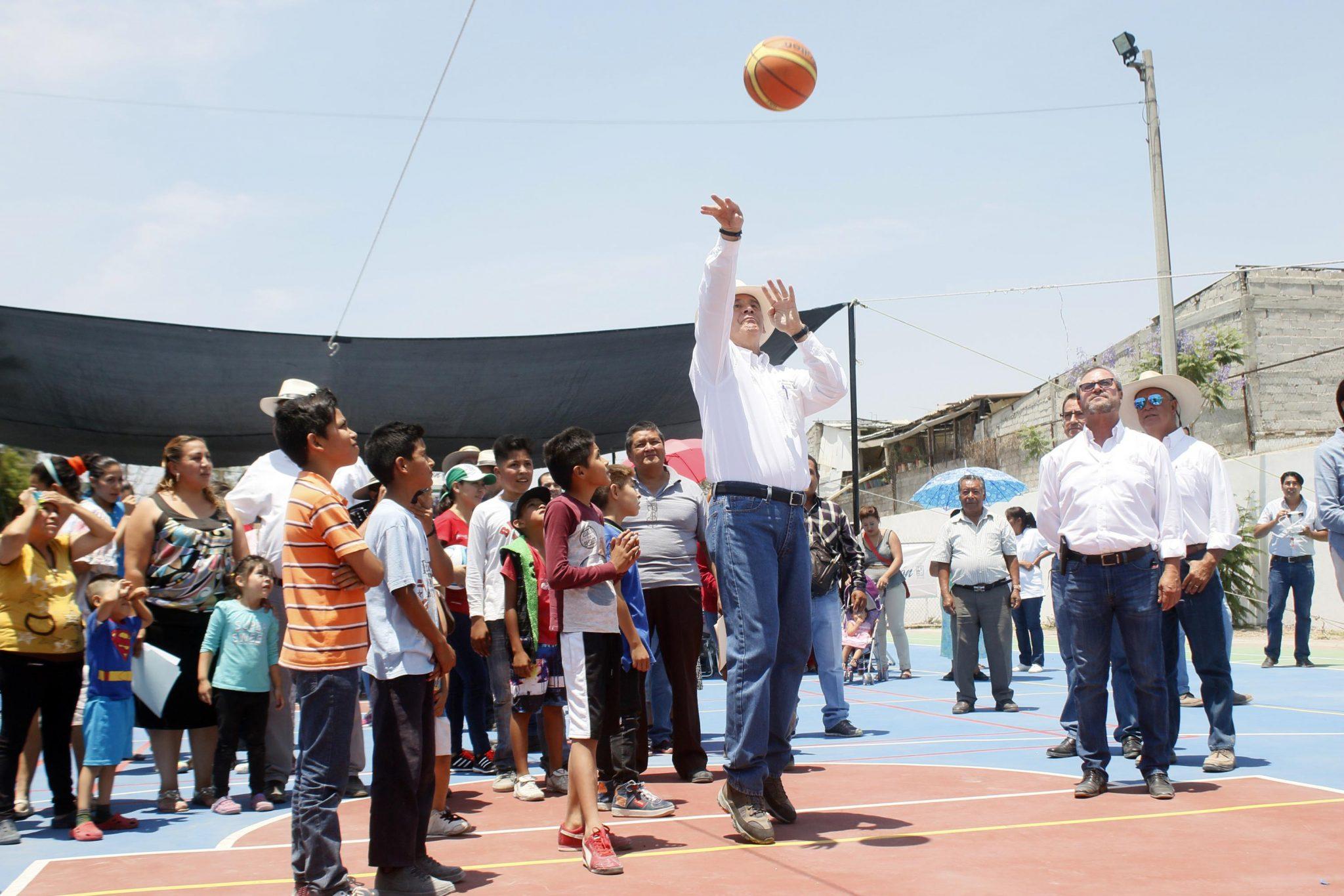El alcalde Héctor López Santillana y el Dr. Antonio Rivera, director de COMUDE, entregaron la remodelación de la minideportiva de Lomas de Medina.