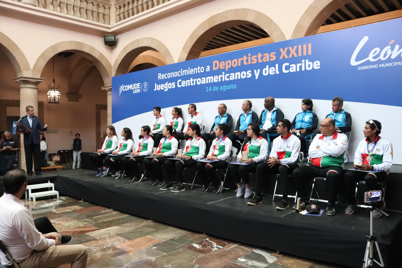 Entrega alcalde estímulos económicos a deportistas que participaron en Barranquilla 2018
