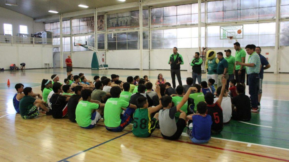 Academia de Abejas visita a alumnos de Comude León