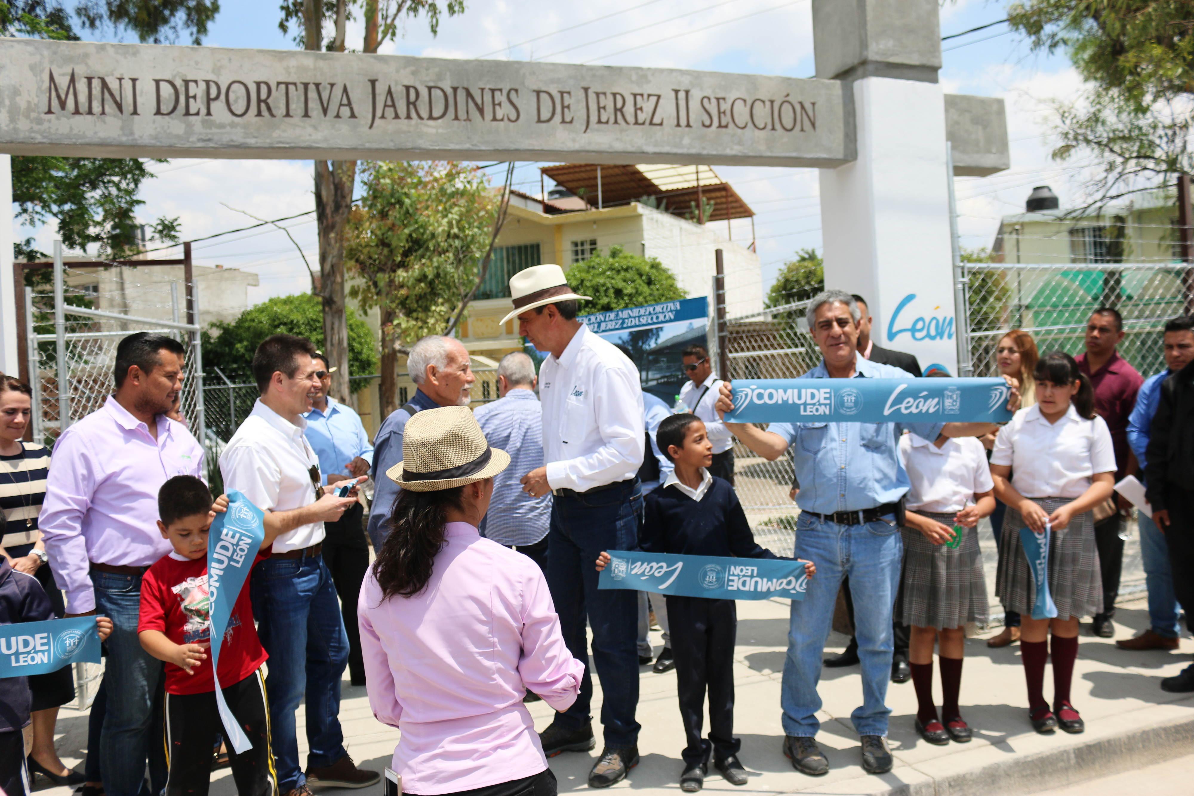 El alcalde Héctor López Santillana y representantes de Comude c86b80af07b24